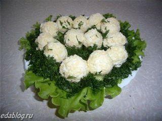 Разноцветные шарики из сыра и чеснока