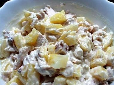 Салат из ананасов и курицы и грибов кукурузы