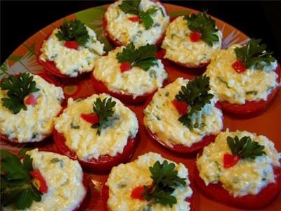 Фаршированные помидоры с сыром и чесноком