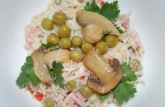 Салат из курицы с сыром и маринованными грибами
