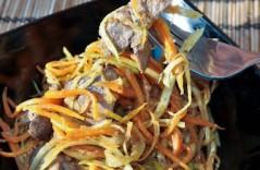 Аппетитный салат из печени с морковкой
