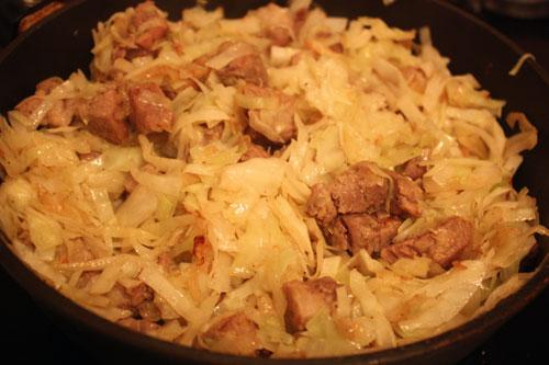 как приготовить капусту тушеную на сковороде с мясом
