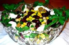 Салат из кириешек с фасолью