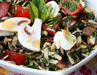 Рецепт блинного салата с шампиньонами и маринованным луком