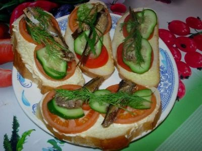 Бутерброды со шпротами и огурцом — находка среди угощений