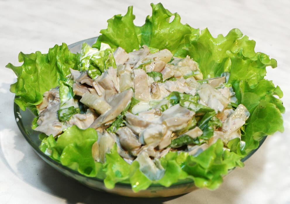 Куриный салат с огурцом и куриным яйцом