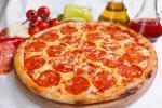 Пицца с помидорами и колбасой — классический рецепт