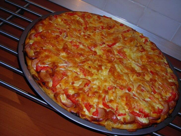 Пицца с колбасой и сыром в духовке рецепт пошагово в