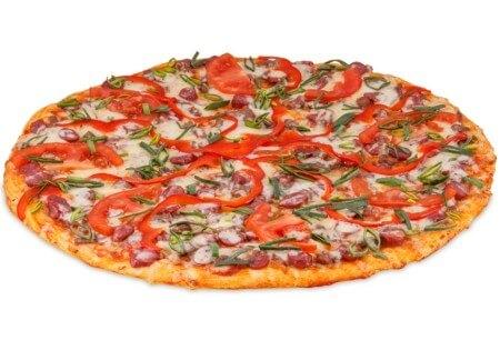 пицца с помидорами и колбасой