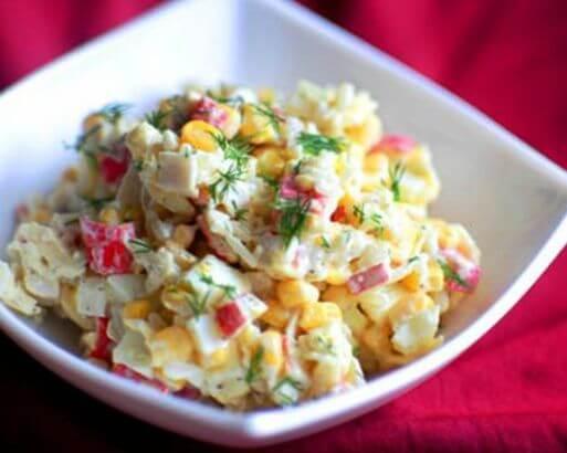 Салат с крабовыми палочками рисом и капустой
