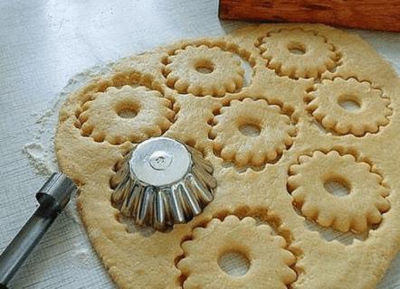 Из сметанного теста можно вырезать печенье любой формы