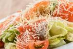 Вкусный салат цезарь с красной рыбой: рецепт к праздничному столу