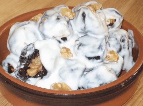 Чернослив с орехами и сливками