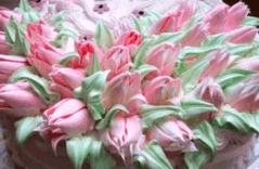 Тюльпаны из белкового крема на торте