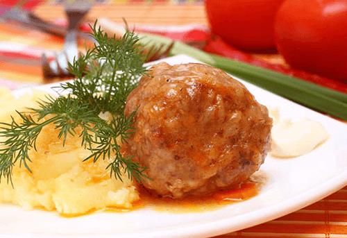 Классика - тефтели с картофельным пюре