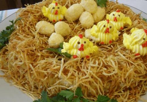 Салат в виде гнезда с цыплятами