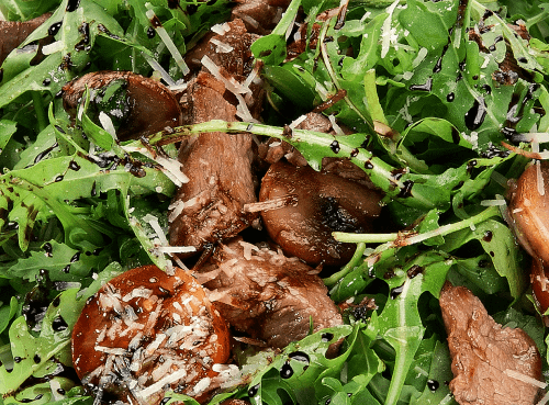 Салат с рукколой, говядиной и вялеными томатами