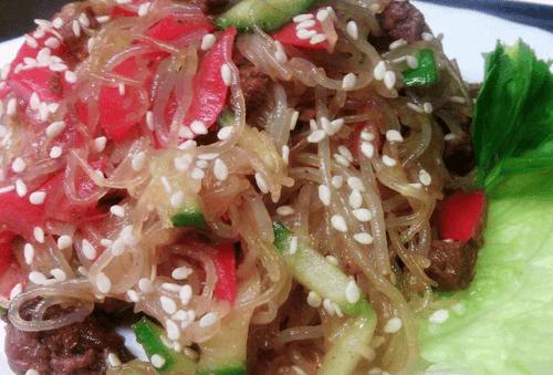 Теплый салат с фунчезой и говядиной