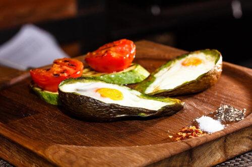 Авокадо с яйцом из духовки