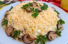 Салат из курицы, шампиньонов, сыра