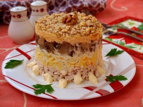 Слоеный торт с сухими грибами и ветчиной