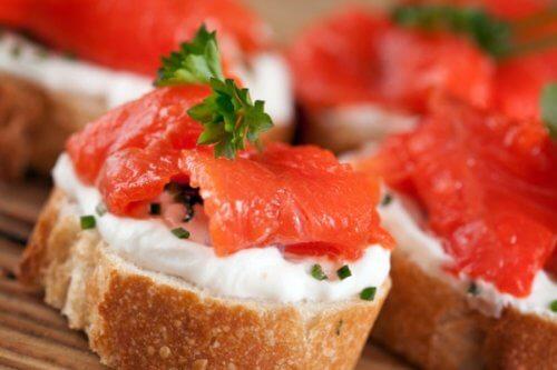 Бутерброды с красной рыбой и моцареллой