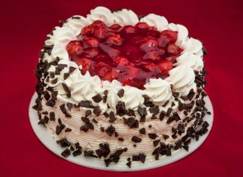Вишневый торт со взбитыми сливками