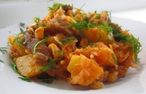 Тушенная квашеная капуста с мясом и картошкой