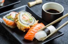 Суши с соусом