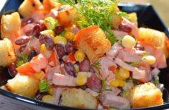 Салат из фасоли, кукурузы, сухариков, колбасы
